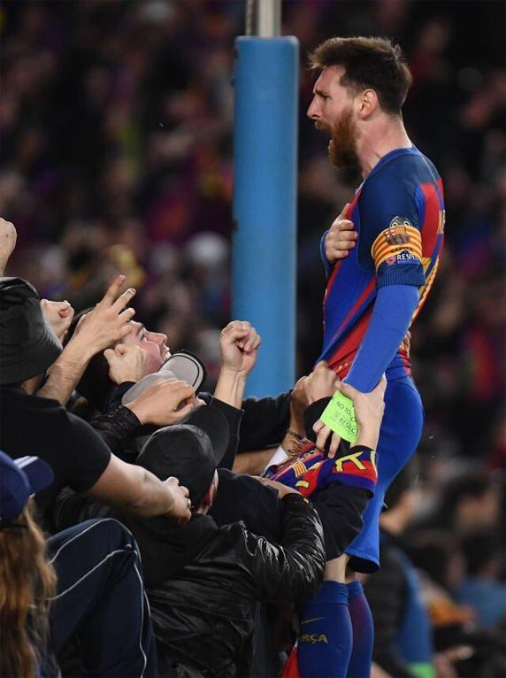 Barça : La célébration de Messi avec les supporters – Foot ...